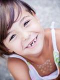 Älskvärd liten flicka som smilling Arkivfoto