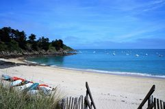 Älskvärd liten strand med klart blått vatten nära Cancale Brittany France arkivfoto