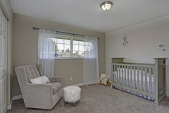 Älskvärd lugna barnkammare i mjuka gråa färger royaltyfri bild