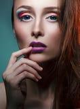 Älskvärd makeup på härlig flicka för framsida Royaltyfria Bilder