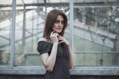 Älskvärd modell i klänning på fönstret Arkivfoton