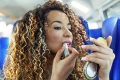 Älskvärd moroccan flicka, medan genom att använda makeup Arkivbilder