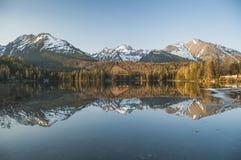Älskvärd panorama i bergen Arkivfoton