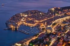Älskvärd panoramautsikt av den gamla walled staden av Dubrovnik med sikt för öga för fågel` s på natten Arkivbild