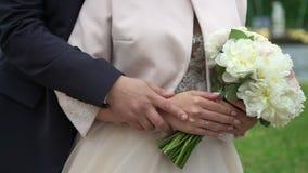 Älskvärd parbrud och brudgum som rymmer händer stock video