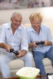 Älskvärd pensionär som leker. Arkivfoto