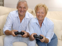 Älskvärd pensionär som leker. Royaltyfri Fotografi