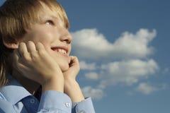 Älskvärd pojke som utomhus poserar Royaltyfria Foton