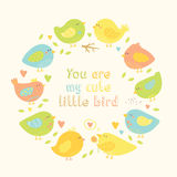 Älskvärd ram med gulliga fåglar för tecknad film, hjärtor och trädfilialer Royaltyfri Foto