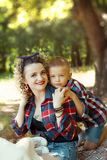 Älskvärd stående för moder som och för son kramar tillsammans arkivfoto