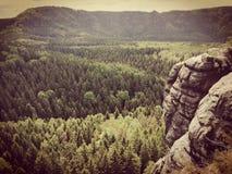 Älskvärd sten med berget Arkivfoton