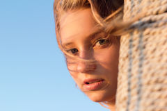 Älskvärd teen flicka utomhus Arkivfoto