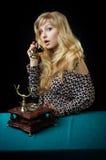 älskvärd telefon för flicka Royaltyfri Foto