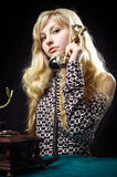 älskvärd telefon för flicka Arkivfoto
