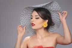 Älskvärd trendig kvinna som bär en hatt Arkivbild