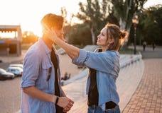 Älskvärd ung hipsterpardatummärkning under sommarsolnedgång royaltyfria foton