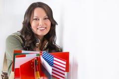 Älskvärd ung kvinna med olika landsflaggor Arkivfoton