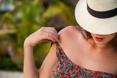 Älskvärd ung kvinna som tycker om på stranden Arkivbild