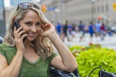 Älskvärd ungersk blond modell Enjoying en tur runt om en stor Cit fotografering för bildbyråer