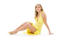 älskvärd yellow för klänningflicka Arkivfoto