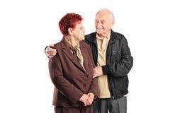 Älskvärda åldringpar som till varandra talar Royaltyfria Foton