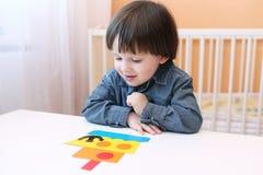 Älskvärda 2 år barn gjort skepp av pappers- detaljer Royaltyfria Foton