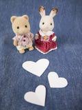 Älskvärda dockor med hjärtor Arkivbild