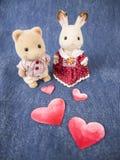 Älskvärda dockor med hjärtor Arkivbilder