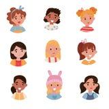 Älskvärda flickor ställde in, avatars av gulliga små ungar med olika sinnesrörelser och frisyrvektorillustrationer på en vit stock illustrationer