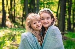 Älskvärda flickor tillsammans i skog Arkivfoton