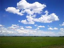 Älskvärda former av moln arkivfoto