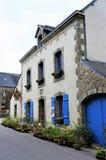 Älskvärda gamla stenar huset med blåa träfönsterslutare i Brittany France Europe fotografering för bildbyråer
