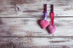 Älskvärda hjärtor för virkning Arkivfoton
