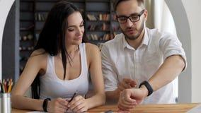 Älskvärda par gör bruk av den smarta klockan stock video