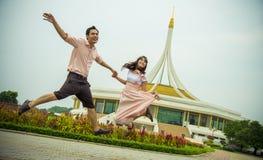 Älskvärda par hoppar upp together1 Royaltyfri Foto