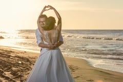 Älskvärda par i stranden fotografering för bildbyråer