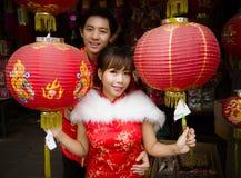 Älskvärda par med den röda pappers- kinesiska lyktan i kinesisk dräkt Royaltyfri Bild