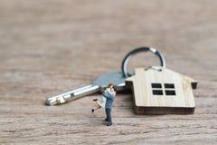 Älskvärda par med det framtida husbegreppet för framgång, liten miniatyr arkivbilder