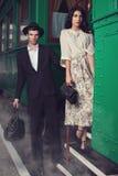 Älskvärda par på järnvägsstation Royaltyfri Bild