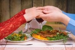 Älskvärda par som har den romantiska matställen arkivfoto