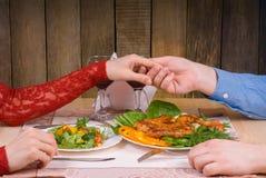 Älskvärda par som har den romantiska matställen royaltyfri fotografi