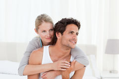 Älskvärda par som kramar på deras underlag Arkivfoto