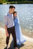Älskvärda par som promenerar stranden Royaltyfri Fotografi