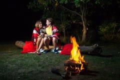 Älskvärda par som tycker om deras romantiska natt Arkivfoto