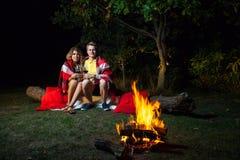 Älskvärda par som tycker om deras romantiska natt Arkivbilder
