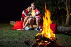 Älskvärda par som tycker om deras romantiska natt Arkivfoton