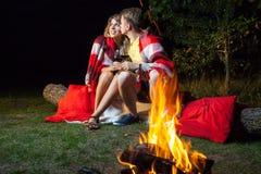 Älskvärda par som tycker om deras romantiska natt Royaltyfri Foto
