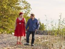 Älskvärda par tillsammans, sommarafton Fotografering för Bildbyråer