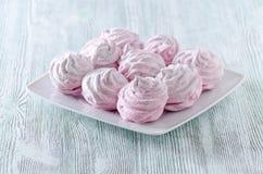 Älskvärda pastellrosmarängar, sefir, marshmallower på trätappningtabellen Royaltyfri Fotografi