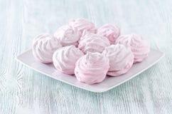 Älskvärda pastellrosmarängar, sefir, marshmallower på trätappningtabellen Royaltyfria Foton